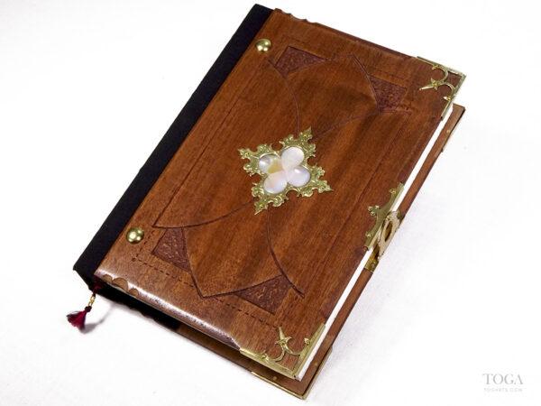 libro-artesanal-gotico-trebol-nacarado-toga
