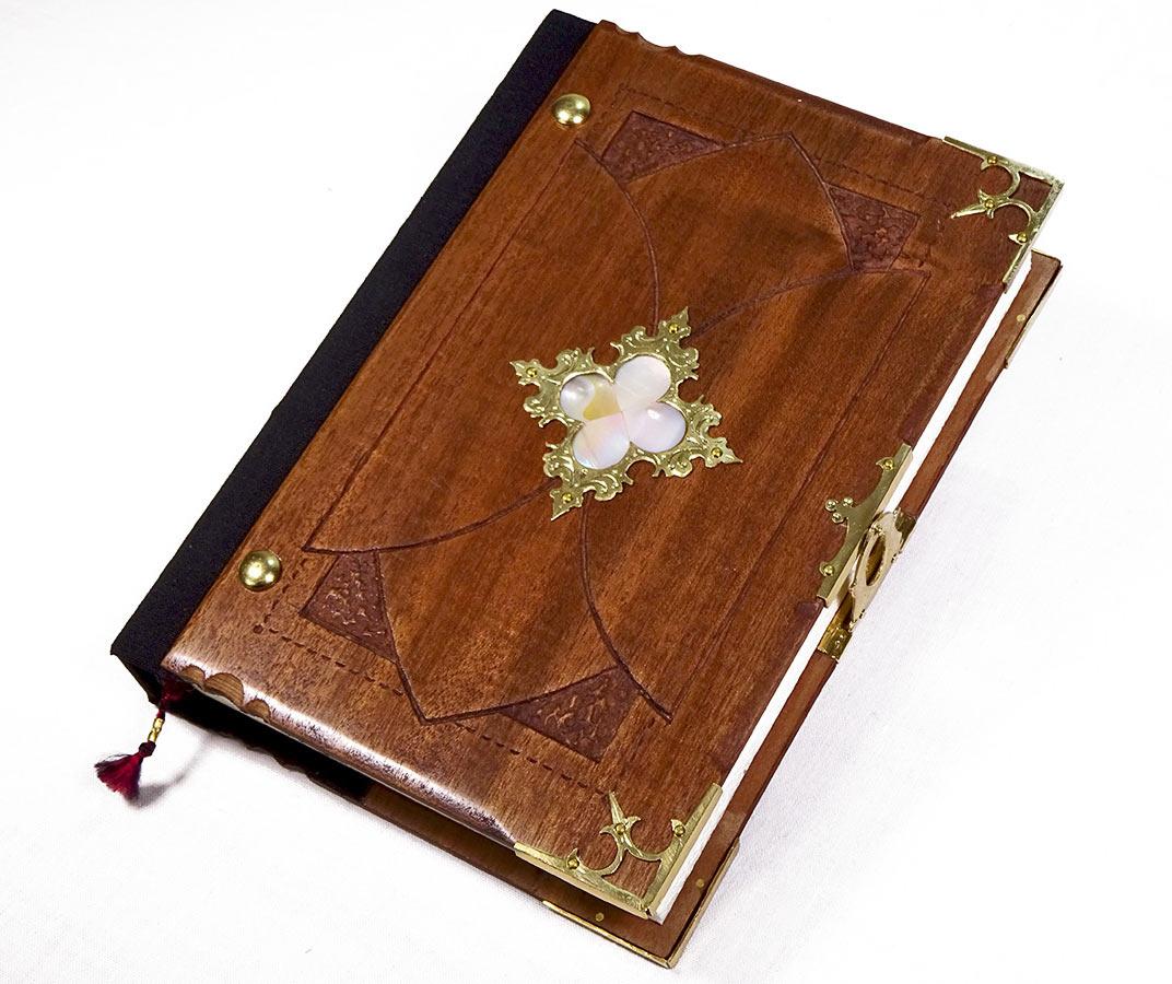 libro-encuadernacion-artesanal-gotico-trebol-nacarado-toga