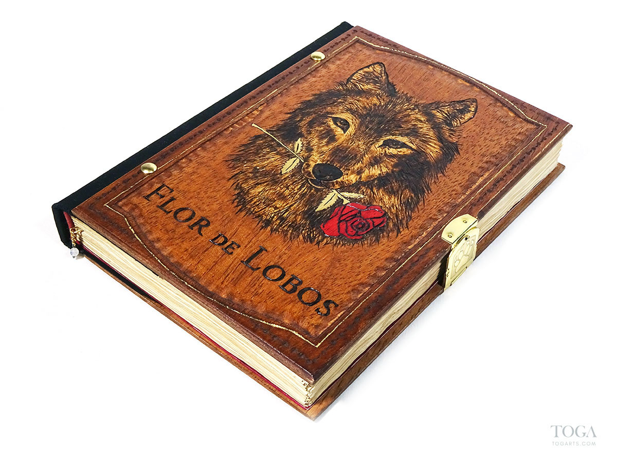 libro-artesanal-madera-hecho-a-mano-toga-lobo